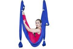 年轻女人实践的飞行瑜伽asana户外 健康,体育,瑜伽概念 库存照片