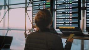 年轻女性旅客在早飞行的机场 股票视频