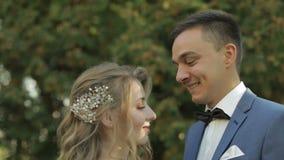 年轻和美好的婚姻的夫妇一起 可爱的新郎和新娘 衣物夫妇日愉快的葡萄酒婚礼 慢的行动 股票录像