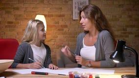 年轻母亲和小俏丽的一起谈和花费时间的女儿图画特写镜头射击  股票视频