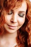 年轻美丽的红头发人女孩接近的画象  免版税库存照片