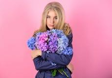 年轻皮肤的柔软 春天绽放 简单的秀丽 女孩逗人喜爱的白肤金发的拥抱八仙花属花花束 自然 图库摄影