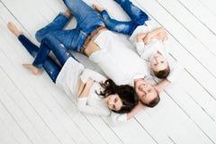 年轻父亲获得与女儿和儿子的乐趣 免版税库存图片