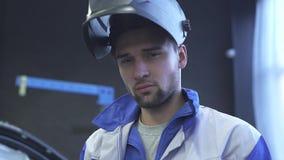 年轻焊接的盔甲的专家汽车机械师画象在现代汽车服务背景  慢的行动 影视素材