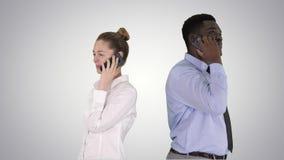 年轻非裔美国人的紧接站立男人和的妇女打电话在梯度背景 影视素材