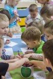 2019年 01 22,莫斯科,俄罗斯 画在桌附近的孩子在孩子的庭院里 免版税图库摄影