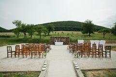 庭院婚礼 在仪式前的装饰的地点 免版税库存图片