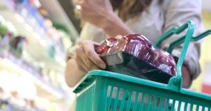 庄稼妇女购物在杂货店 股票录像