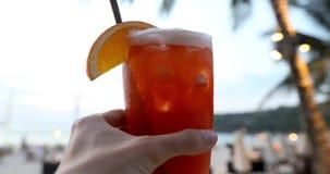 庄稼手用在海滩的饮料 影视素材