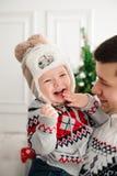 庆祝、家庭、假日和生日概念-新年快乐家庭 免版税图库摄影
