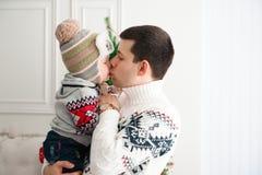 庆祝、家庭、假日和生日概念-新年快乐家庭 免版税库存照片