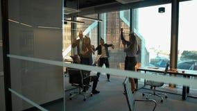 庆祝上司的生日的愉快的雇员在办公室 股票视频