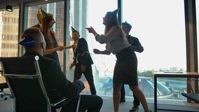 庆祝上司的生日的愉快的雇员在有蛇纹石的办公室 股票录像
