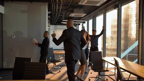 庆祝与滑稽的舞蹈的愉快的非裔美国人的上司企业家促进 股票录像