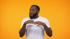 庆祝成功的年轻黑人通过跳舞,隔绝在黄色背景 股票录像
