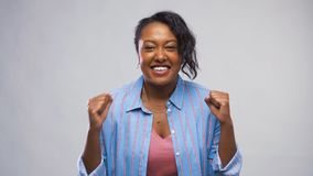 庆祝成功的愉快的非裔美国人的妇女 股票视频
