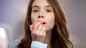 应用在嘴唇的年轻女人液体唇膏 有唇膏光泽的秀丽夫人 股票录像