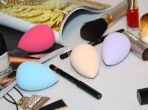 应用的化妆用品化妆海绵在面孔 桃红色颜色 免版税库存照片