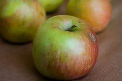 应用 绿色苹果 新鲜的苹果 自然苹果 与红色边的绿色苹果 免版税库存图片