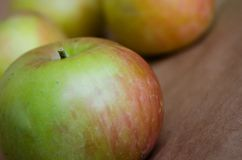 应用 绿色苹果 新鲜的苹果 自然苹果 与红色边的绿色苹果 库存照片