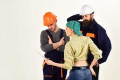 Źle zrozumieć między klientem i pracownikiem Młody gospodyni domowej kobiety argumentowanie Z Męskimi hydraulikami, Repairman obraz royalty free