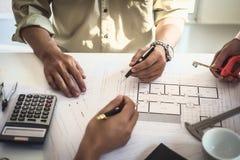 建筑师商人小组在办公楼计划设计项目的工作会配合  建设工程 免版税图库摄影