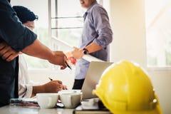 建筑师商人小组在办公楼计划设计项目的工作会配合  建设工程 免版税库存照片