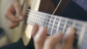 弹吉他的一位男性音乐家的手 影视素材
