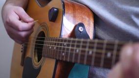 弹音响木六串吉他的人 股票视频