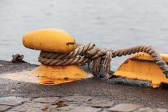 Żółta cumownica z arkanami zdjęcie royalty free