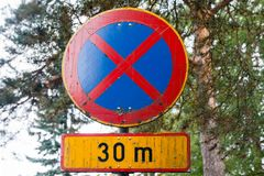 Żadny parking lub powstrzymywanie 30 metrów drogowych podpisujemy wewnątrz Finlandia obrazy stock