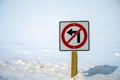 Żadny skręta w lewo ruchu drogowego znak z śniegiem wszystko wokoło w Jaspisowym parku narodowym, Alberta, Kanada zdjęcia royalty free