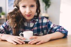 żartuje dziewczyny pije herbaty dla śniadaniowego Salowego portreta 9 lat dziecko zdjęcie stock