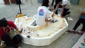 Żeńscy artyści pracuje na ich rzeźbie przy 12th Międzynarodowym Eskisehir Terra - cotta sympozjon zdjęcie wideo