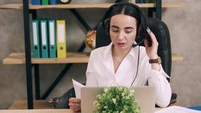 Żeński centrum telefoniczne pracownik odpowiada klienta wezwanie, steadicam strzał zdjęcie wideo