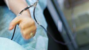Żeński dawca gniesie jej palmy podczas gdy kłamający na leżance podczas krwionośnej darowizny Darująca krew dla przetaczania zbiory wideo