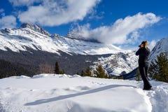 Żeński natura fotograf bierze obrazek śnieżne góry przy Icefields Parkway w Jaspisowym obywatelu, Alberta, Kanada zdjęcie stock