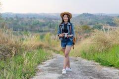 Żeński turysta z plecakiem i kamerą w wsi zdjęcia stock