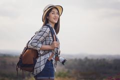 Żeński turysta z plecakiem i kamerą w wsi zdjęcie stock