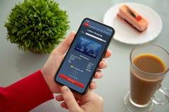 Żeńskie ręki trzyma telefon z app online zakupy na ekranie obrazy stock