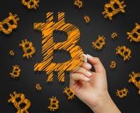 Żeńskiej ręki bitcoin rysunkowi symbole z markierem na szarym tle zdjęcia royalty free
