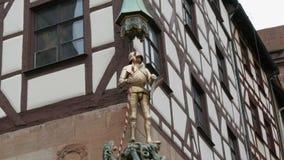 Żelazna statua rycerz na budynku typowy niemiec dom w starym miasteczku Nuremberg zbiory