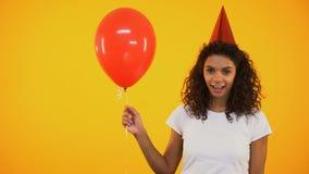 微笑快乐的母的青少年拿着红色气球和,生日庆祝,乐趣 股票录像
