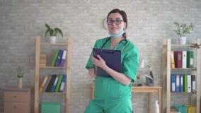微笑的妇女医生,在有听诊器的制服变老的中部 股票视频