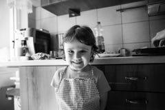 微笑迷人的女孩和使用 图库摄影
