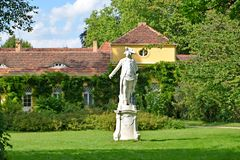 德国波茨坦 对普鲁士腓特烈二世的国王的一座纪念碑伟大以乡间别墅为背景 免版税库存照片