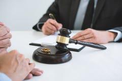 律师签署的离婚判决准备的协议婚姻、丈夫和妻子的溶解或取消在离婚期间 库存图片