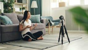 快乐的亚裔谈话妇女普遍的博客作者记录录影使用专业照相机然后显示翘拇指和 股票视频