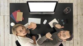 快乐的商人看对照相机和谈话在办公室 空白显示 免版税库存图片