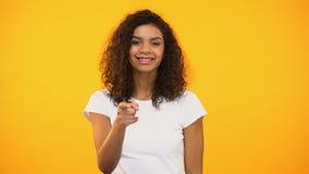 快乐的非裔美国人千福年指向照相机,嘿您打手势,挥动 影视素材